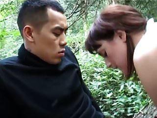 يأخذ السمين الهواة الرجل الآسيوية في الغابة