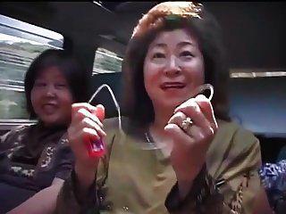 المرأة الآسيوية ناضجة في رحلة على الطريق