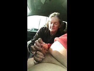 الجدة تمتص في السيارة