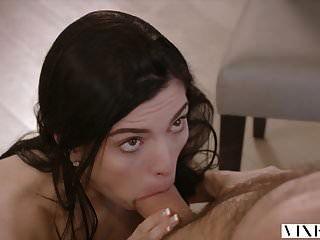 الممثلة الشابة الثعلبة لديها الجنس العاطفي مجنون