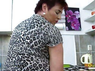 oldnanny الساخنة سيدة ناضجة منفردا في المطبخ