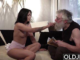 الاباحية الشباب القديم مثير في سن المراهقة مارس الجنس من قبل رجل يبلغ من العمر على الأريكة