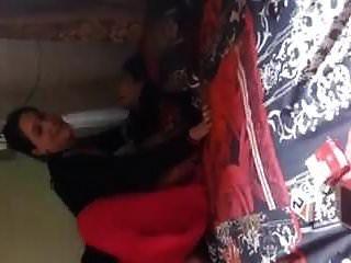 فتيات باكستانيات يقمن بالسحاقيات لأول مرة