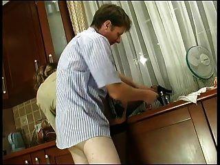 الروسية ناضجة كريستي الشرج مارس الجنس في المطبخ