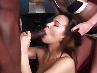 طبيب يساعد الفتاة البيضاء في تربية الجزء الاسود 1