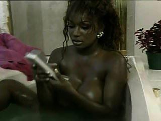 دومينيك سيموني يأخذ حمام ويحصل على مارس الجنس من قبل الشمال بيتر
