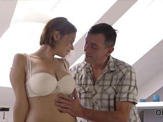 old4k. رجل حكيم قديم مع فتاة شابة جميلة.