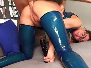 وقحة في الحمار اللاتكس الأزرق مارس الجنس و creampie
