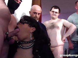 زوجين مثليه الألمانية ناضجة مارس الجنس من الصعب من قبل العصابة