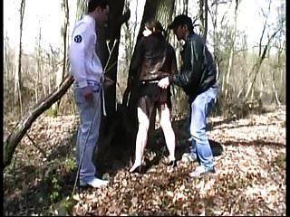 ليا مارس الجنس من قبل الغرباء في الخشب