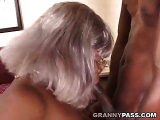 bbw الأبنوس الجدة يأخذ الشباب سوداء كبيرة ديك