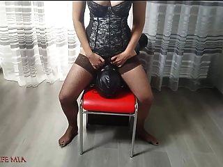 زوجة ميا صارمة الملاعين وجه العبد من قبل العضو التناسلي النسوي لها. كرة القدم الخام