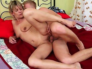 الجدة شقراء مثير تحصل مارس الجنس من قبل صبي صغير
