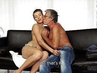 daddy4k. الجنس عاطفي بالقرب من حمام السباحة مع د