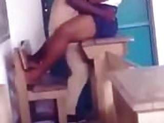 المعلم الأفريقي سخيف طالبها في الصف