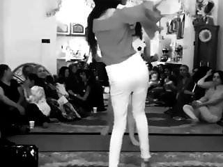 فتاة إيرانية ترقص بدون سراويل