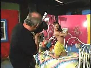فتاة صغيرة مقتنعة أن يمارس الجنس مع رجل يبلغ من العمر