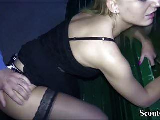 جرما اثنين من اللاعبين يمارس الجنس مع تيني مباشرة في مدينة برلين بارك