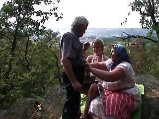 يسمح الجد ليمارس الجنس مع فتاة شقراء من زوجته