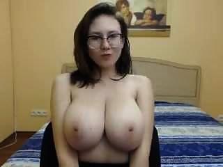 فتاة جميلة مع شركة كبيرة الثدي