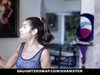 daughterswap لطيف صغيرتي في سن المراهقة تحصل مارس الجنس من قبل لاعبة جمباز أبي