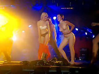 الفتيات عطلة الشريط على خشبة المسرح