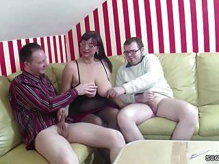 أمي الألمانية تعليم ابنه وصديقه كيف يمارس الجنس في 3 بعض