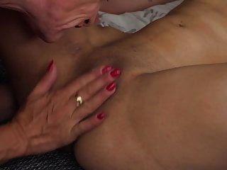 أمي ناضجة الحديثة لعق ويمارس الجنس مع ابنته الشابة