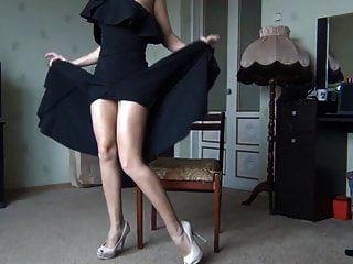 سيدة الساخنة في اللباس الأسود تظهر الساقين وجمل