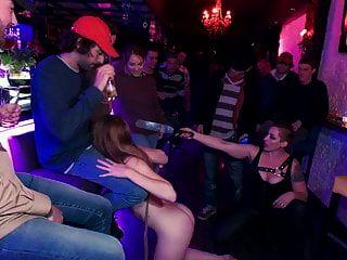 حشر اشلي لين من قبل حشد من الغرباء سال لعابه ، ر