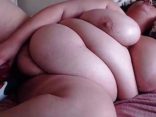 BBW شعر لوسي مع ضخمة الثدي يحصل النشوة