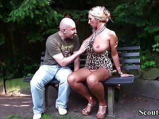 جبهة مورو الألمانية كبير الثدي إغواء غريب ليمارس الجنس في الحديقة