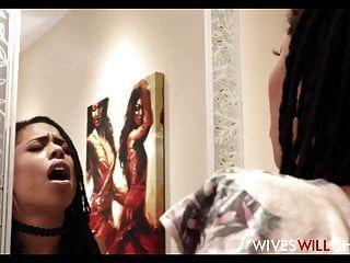 الزوجة السوداء الساخنة كيرا نوير تغش على الزوج في مرحاض
