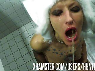 المرحاض عاهرة vilja يحصل على شحنة في فمها وقحة