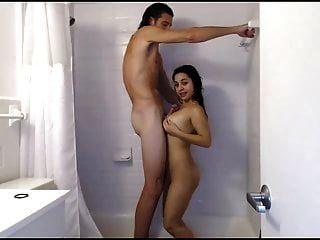 فتاة صغيرة الملاعين مع الرجل طويل القامة في الحمام