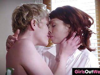 مثليات الساخنة مع cunts شعر الاستمتاع بالجنس الفموي