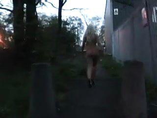 أشقر يمشي عاريا في الشارع
