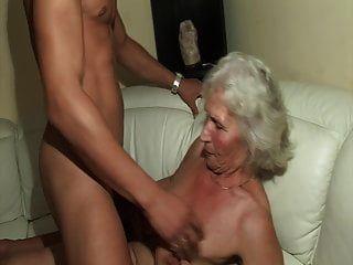 أول مرة يمارس الجنس مع الجدة الساخنة!