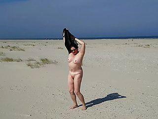 عارية على الشاطئ