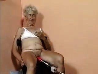 الجدة القديمة مارس الجنس من قبل الجهاز