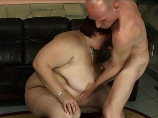 أحمر الشعر bbw أمي مارس الجنس من قبل الرجل النحيل