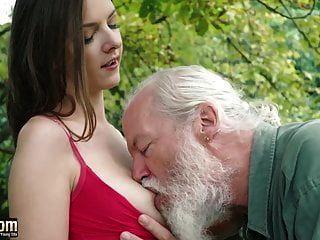 لطيف في سن المراهقة يغوي الرجل العجوز والملاعين المتشددين يحصل كس لعق