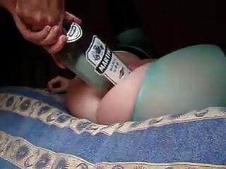 زوجة الساخنة ترك الزوج وضع زجاجة كبيرة وقبضة في بوسها