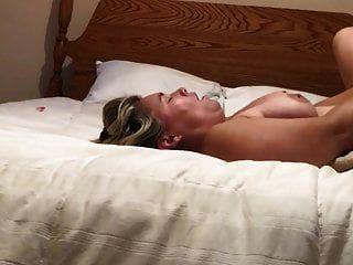 زوجة بيضاء تحصل مارس الجنس من قبل الرجل بينما بعل في العمل
